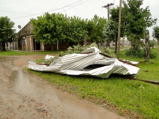 Temporal en Monte Caseros: Importantes destrozos y sin luz desde esta madrugada