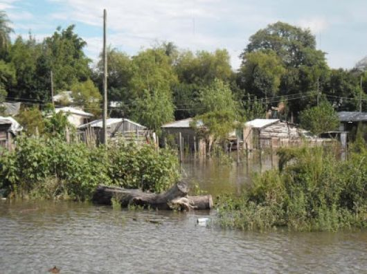 Desborde del Rio Santa Lucia: Evacuaron a varias familias
