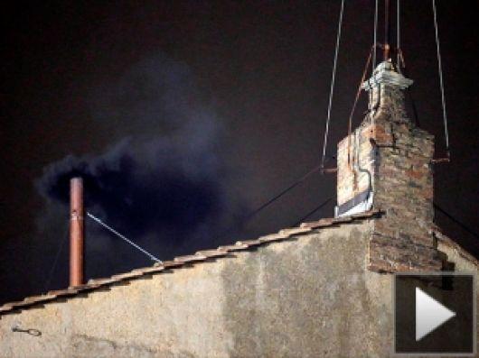 Hubo fumata negra en el Vaticano y todavía no se eligió a un nuevo papa