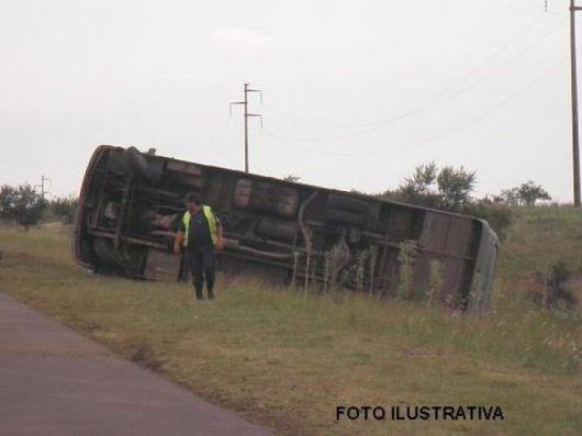 Mantilla: colectivo volcó tras chocar un caballo por Ruta 12