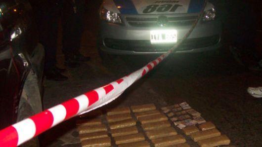 Mercedes: un auto fue abandonado tras evadir control; llevaba 15 kilos de marihuana