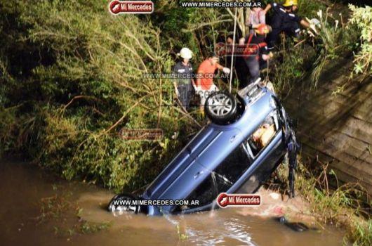 Automóvil se sumergió en arroyo y murieron sus tres ocupantes