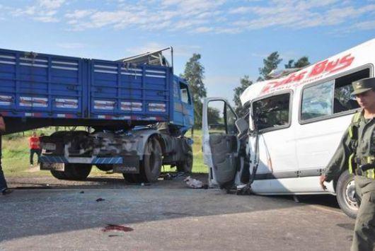 Tragedia en la Ruta 11: ocho muertos tras un choque entre un camión y una combi