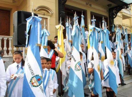 Cantándolo con fervor, homenajearon al himno por su bicentenario