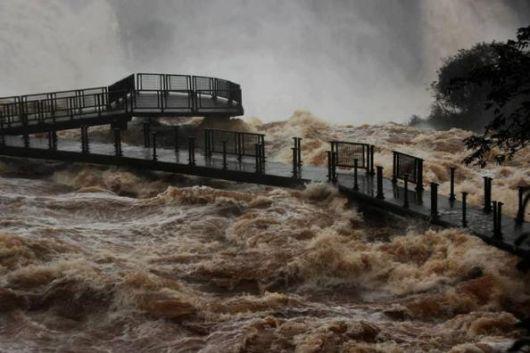 Impresionante imagen de las Cataratas del Iguazú por la crecida del río Iguazú