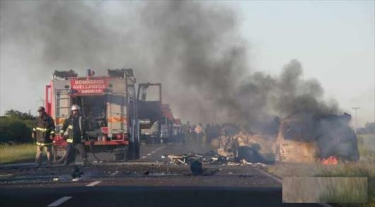 4 muertos tras choque e incendio de un auto