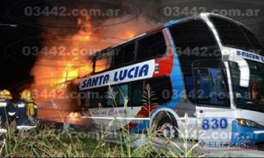 Correntinos perdieron equipaje y mercaderías en incendio de colectivo de tour de compras