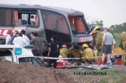 Choque entre micro y camión dejó una víctima fatal