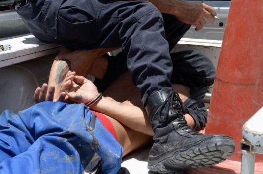 Tras arrabato un ladrón cayó de la moto y fue detenido