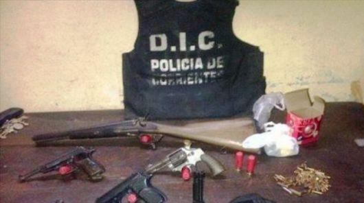 Secuestran varias armas de fuego del baúl de un automóvil