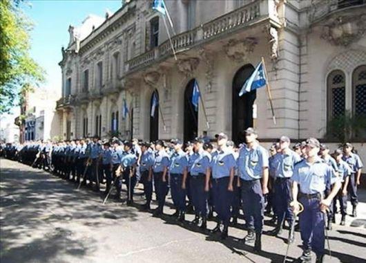 Ascendieron a 897 policías