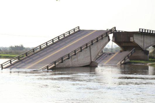 """Camau en el puente caído: cruzó en lancha ydestacó el """"dolor que causa esta situación"""""""