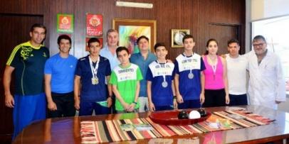 Medallistas Juveniles visitaron el Palacio Municipal