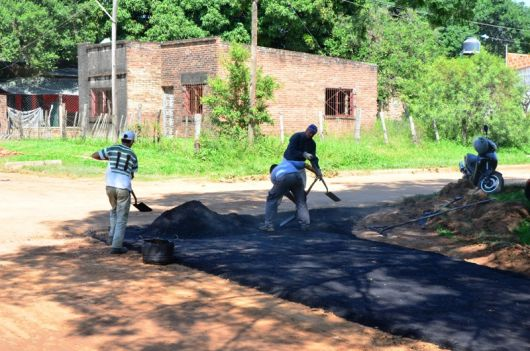 Ejecutan nuevas cuadras de asfalto en Barrio Santa Teresita