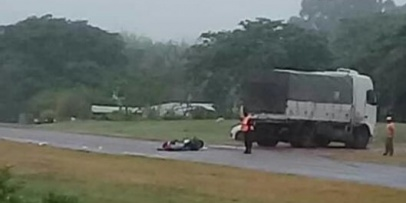 Hermanos en moto chocan contra un camión y mueren en el acto