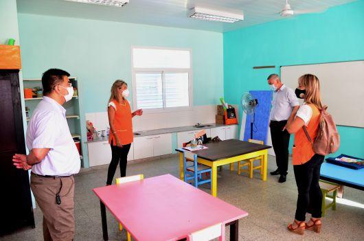 Chavez visitó una escuela rural en el primer día de clases.