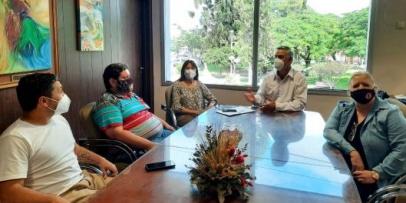 Chavez entregó fondos de ayuda a comparsas locales